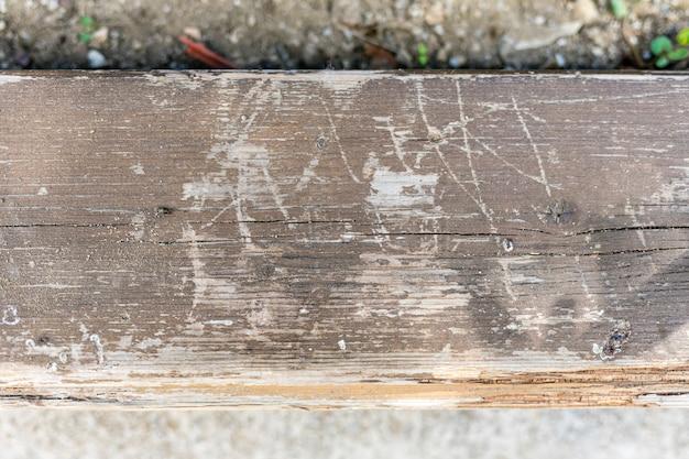 Starzejąca się powierzchnia drewna z zadrapaniami