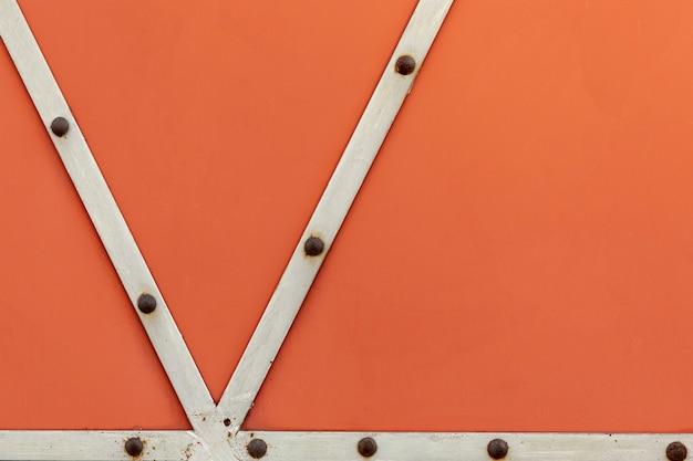 Starzejące się metalowe paski z rdzawymi nitami