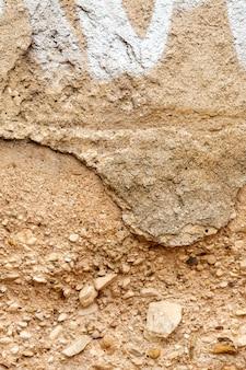 Starzejący się beton ze skałami i farbą