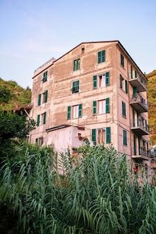Starzejący się budynek w cinque terre, włochy