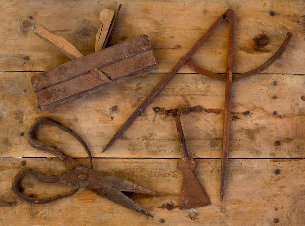 Starzejący się narzędzia strugarki wełny drewniani nożyce rysuje kompas