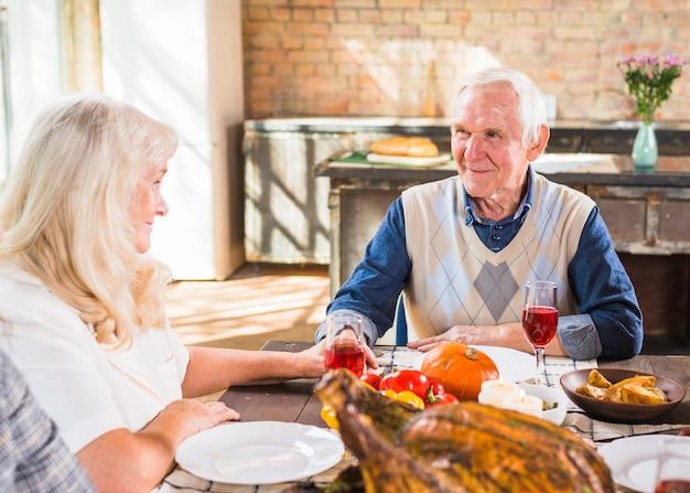 Starzejący się pary obsiadanie przy stołem