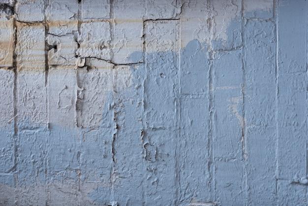 Starzejący się ściana z cegieł z farbą