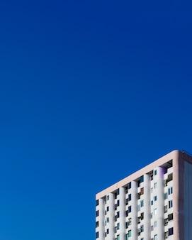 Starzy budynki mieszkaniowi w miastowym z niebieskim niebem.