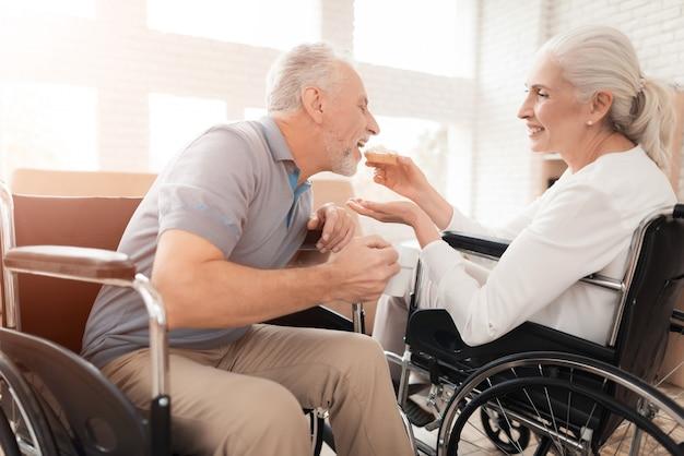 Starzy ludzie w domu opieki. szczęśliwi razem.