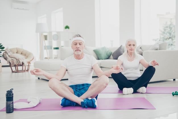 Starzy ludzie wykonujący ćwiczenia fizyczne w domu