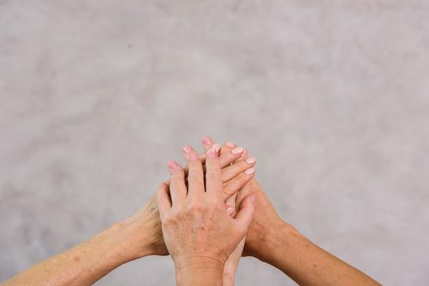 Starzy najlepsi przyjaciele trzyma ręki z kopii przestrzenią