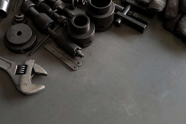 Starzy narzędzia na mechanika biurka tle