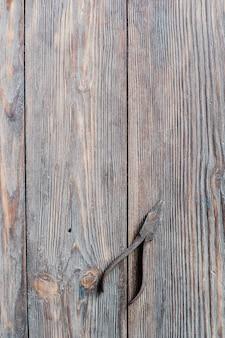 Starzy ośniedziali stalowi cążki na drewnianym tle