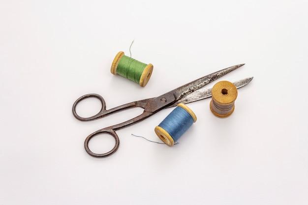 Starzy roczników nożyce, cewy odizolowywać na białym tle i nić. narzędzie do szycia, rękodzieła, rzemiosła, zawodu