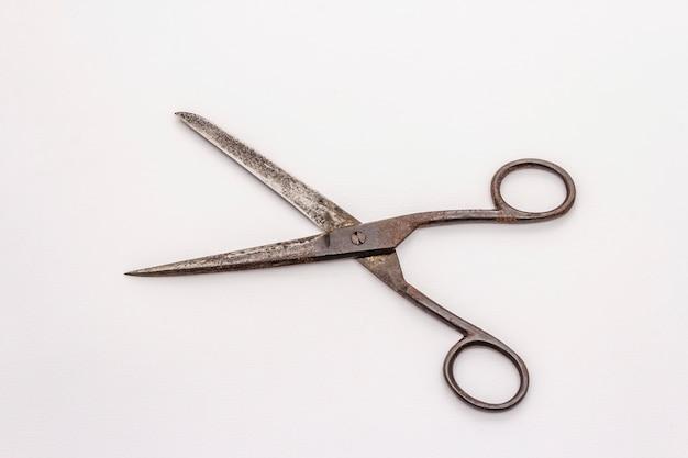 Starzy roczników nożyce odizolowywający na białym tle. narzędzie do szycia, rękodzieła, rzemiosła, zawodu