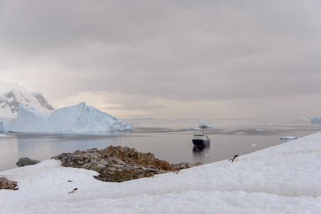 Statek ekspedycyjny na morzu antarktycznym