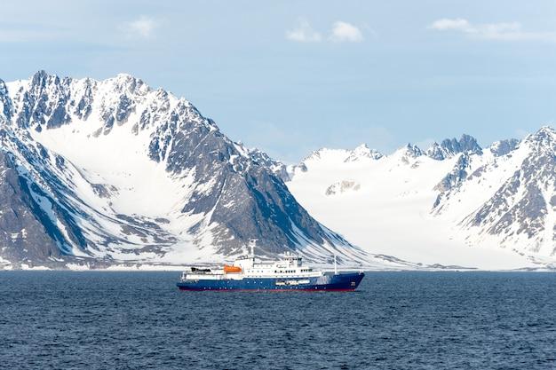 Statek ekspedycyjny na morzu arktycznym, svalbard. statek wycieczkowy pasażerski. rejs po arktyce i antarktydzie.