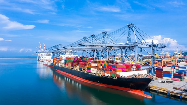 Statek kontenerowy przybywający do portu handlowego.