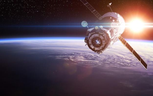 Statek kosmiczny wystrzelony w kosmos. .