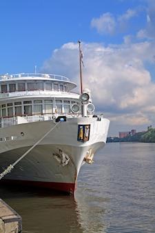 Statek motorowy na nabrzeżu