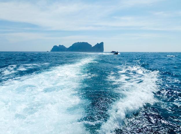 Statek na falach w oceanie
