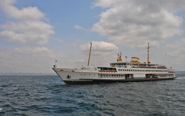 Statek na otwartym morzu w okresie żeglugi
