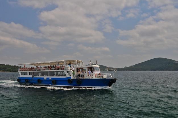 Statek na otwartym morzu z pasażerami w okresie żeglugi