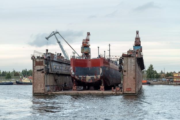 Statek naprawia doki pływające