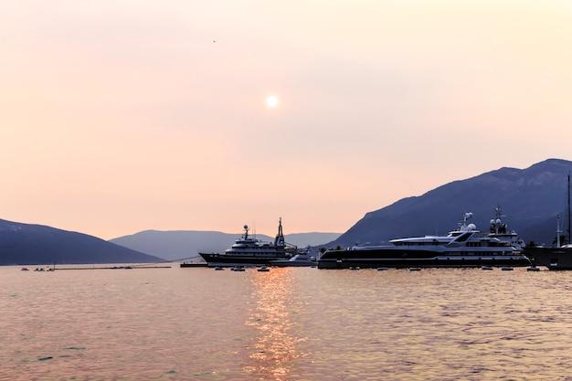 Statek o zachodzie słońca