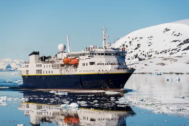 Statek pasażerski na antarktydzie