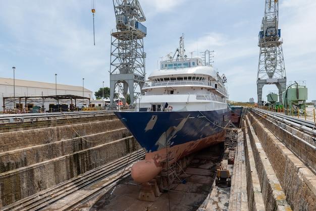 Statek pasażerski w suchym doku na statku naprawy statku