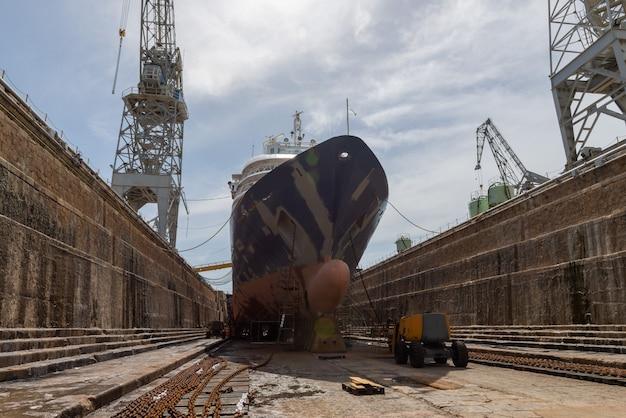 Statek pasażerski w suchym doku na statku naprawy stoczni