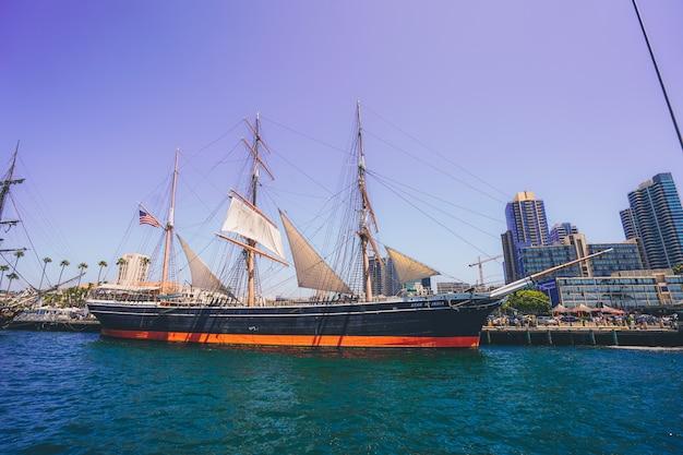 """Statek piracki o nazwie """"gwiazda indii"""" na wybrzeżu san diego"""