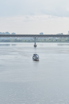 Statek płynie wzdłuż rzeki oka. niżny nowogród
