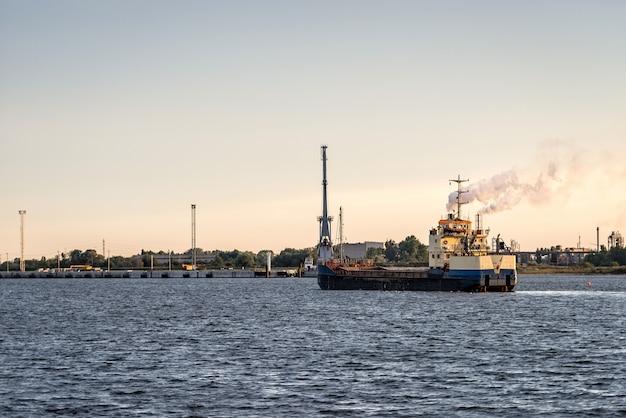 Statek przybywa do portu
