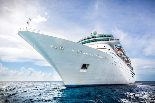 Statek royal caribbean, pływa w porcie na bahamach