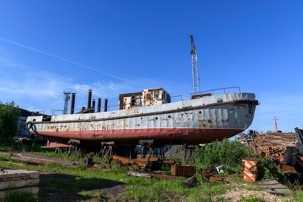 Statek towarowy na ląd w stoczni remontowej statków
