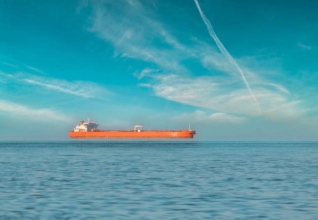 Statek towarowy na otwartym morzu
