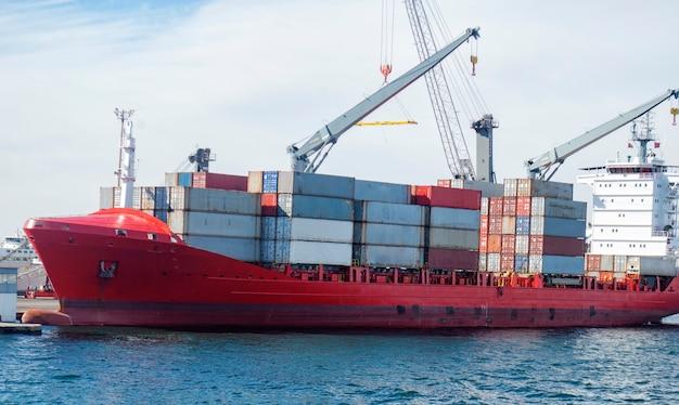 Statek towarowy pełen kontenerów stoi do załadunku lub rozładunku.