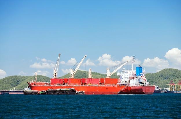 Statek towarowy z dźwigami
