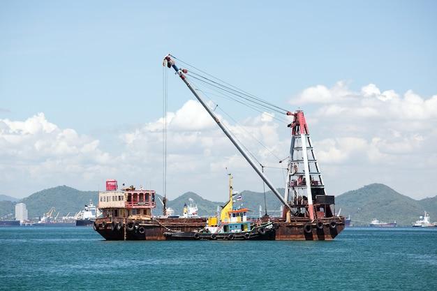 Statek towarowy z dźwigiem
