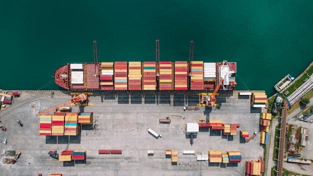 Statek towarowy z widokiem kontenerów z lotu ptaka