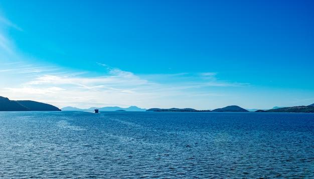 Statek wycieczkowy na morzu jońskim w pobliżu wyspy korfu.