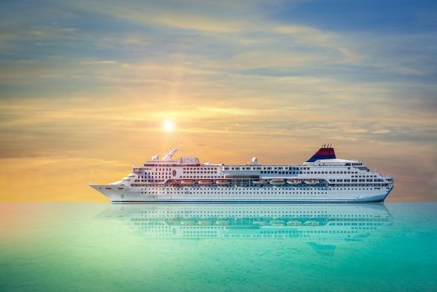 Statek wycieczkowy, prom żeglarstwo w jasny zachód słońca