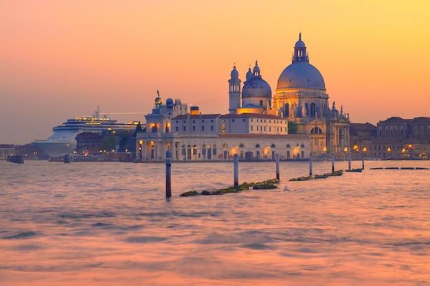Statek wycieczkowy przechodzi obok santa maria della sallute w wenecji