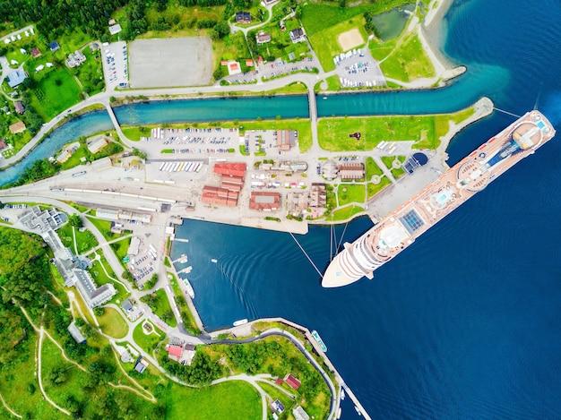 Statek wycieczkowy w flam, gmina aurland w norwegii