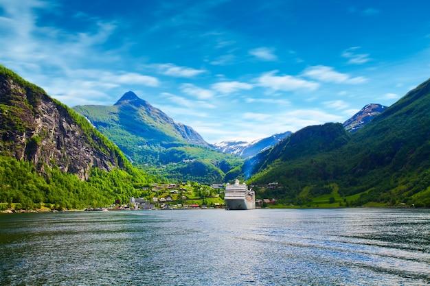 Statek wycieczkowy w norwegii fjiord