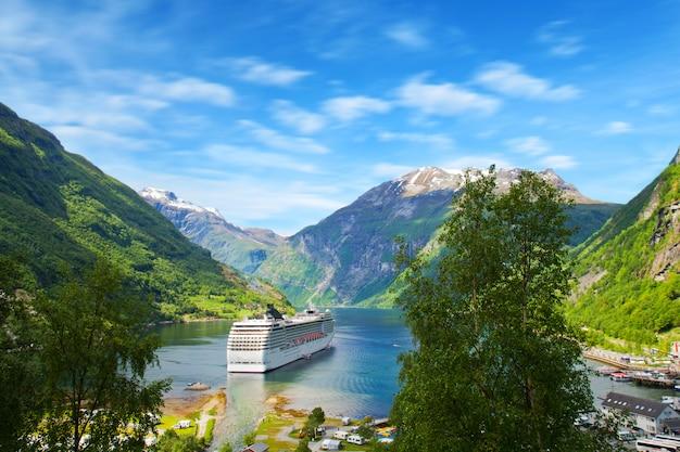 Statek wycieczkowy w norweskich fiordach