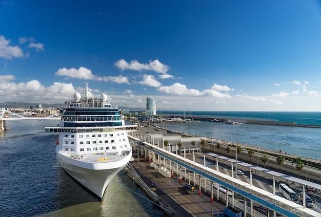 Statek wycieczkowy w porcie. barcelona. spaine. letnie wakacje i wakacje. podróżowanie statkiem wycieczkowym drogą morską