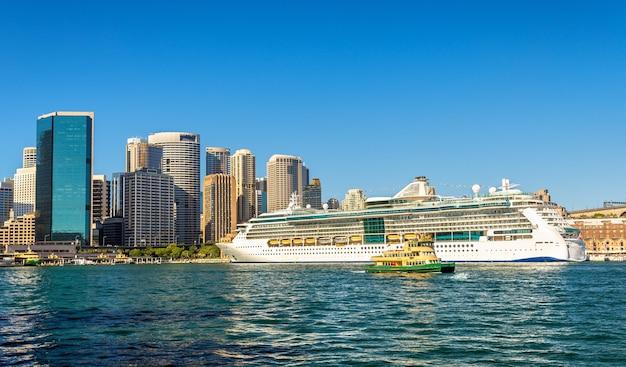 Statek wycieczkowy w porcie w sydney - australia, nowa południowa walia