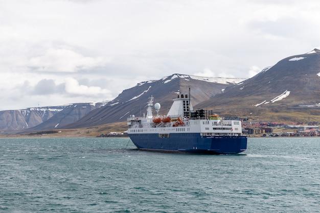 Statek wyprawowy na kotwicy na longyearbyen, svalbard. statek wycieczkowy pasażerski. rejs po arktyce i antarktydzie.