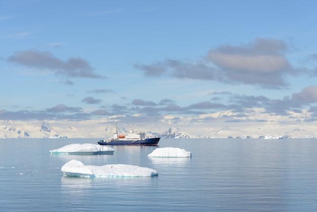 Statek wyprawowy z górą lodową na antarktydzie