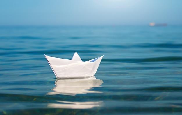 Statek z zabawkami z papieru