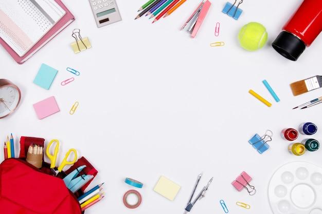 Stationeries i materiały biurowe na białym tle. płaskie leżało. powrót do koncepcji szkoły.